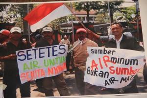 Aksi menolak pembangunan hotel demi menyelamatkan sumber air di Kota Batu, Foto : Tommy Apriando